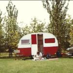 Arie zit voor de Kip-caravan